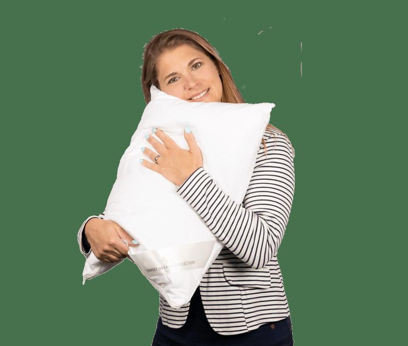 Simona Tschannen mit einem weissen Kissen in den Händen
