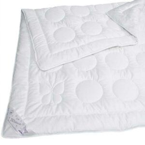 Java Bettdecke vor weissem Hintergrund
